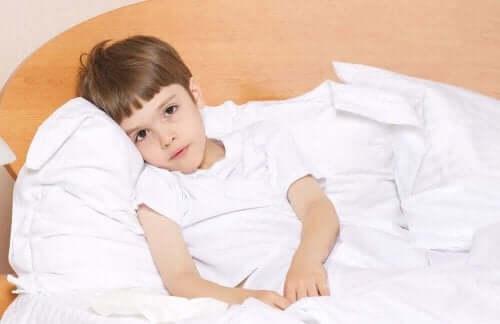 Een kind ligt ziek in bed