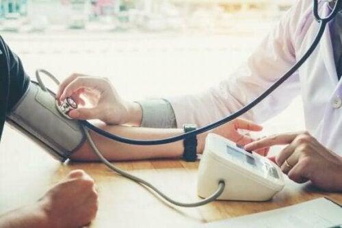 Een arts luistert naar de bloedstroming van een patiënt