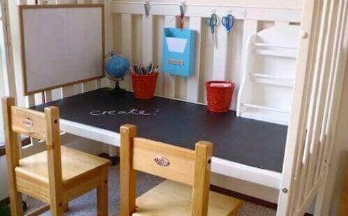 Een bureau van een babybedje