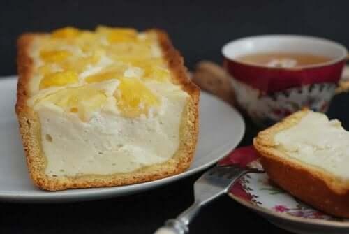 Een stuk cheesecake op een bord