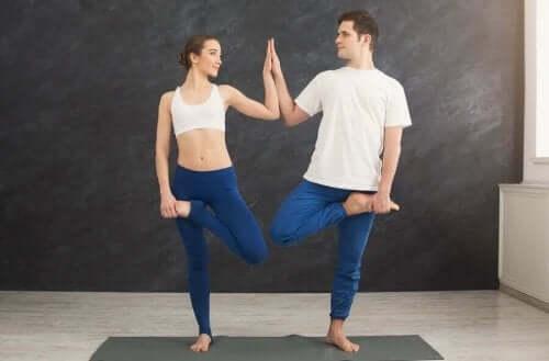 Samen yoga doen verbetert de banden