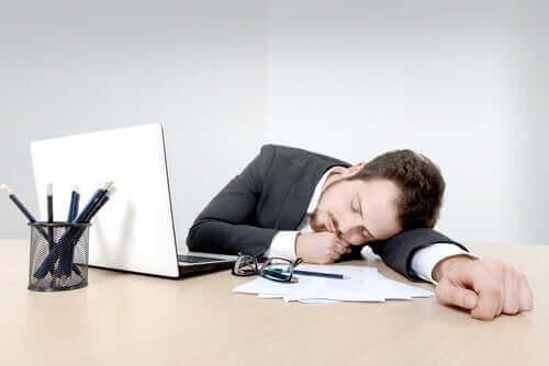 Een man valt in slaap op zijn werk