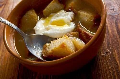 Knoflooksoep met ei in de oven