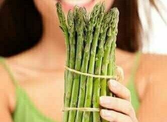 Waarom je urine stinkt nadat je asperges hebt gegeten