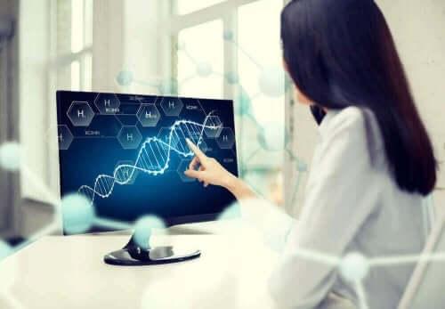 Arts bekijkt genen op laptop