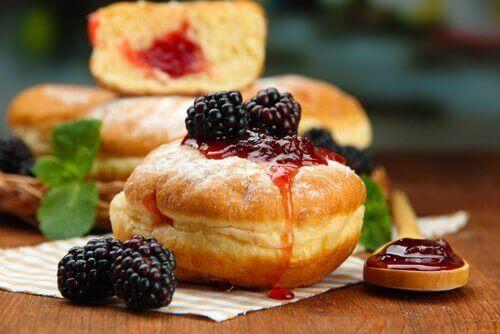 Donut met jam en fruit