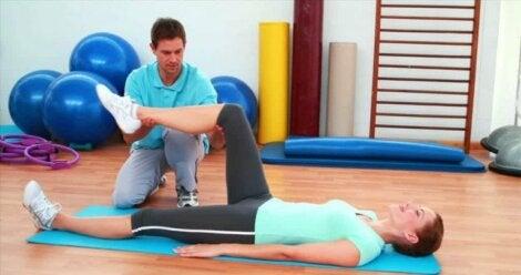 Vrouw doet oefeningen bij een fysiotherapeut