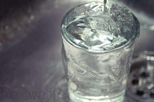 Overvol glas water