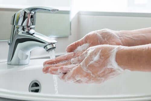 Iemand die zijn handen wast