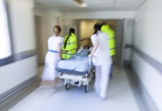 Verpleegkundigen en iemand op een brancard