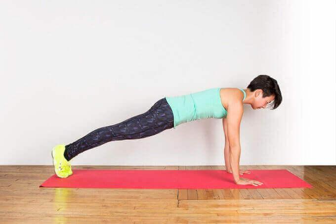 Vrouw doet een plank