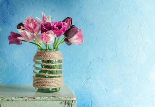 Vaas met roze en paarse bloemen