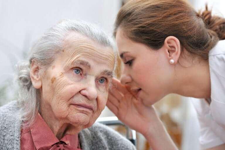 Oudere dame met gehoorverlies