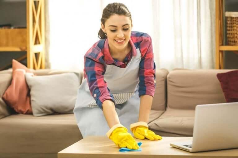 Vrouw maakt haar tafel schoon
