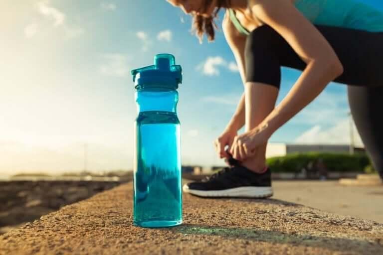 Vrouw maakt zich klaar om te gaan hardlopen