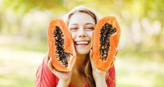 Vrouw met gesneden papaja