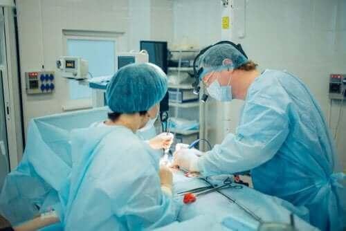 Artsen voeren een operatie uit