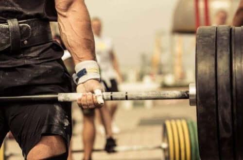 Een man heft een zwaar gewicht bij CrossFit