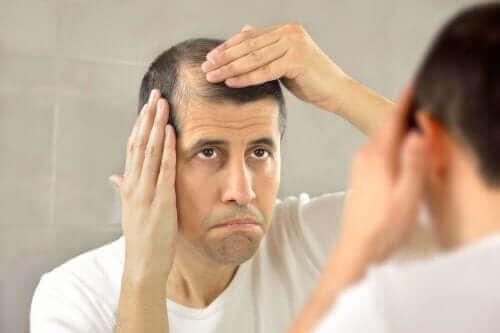 Een man bekijkt de dunner wordende haarlijn