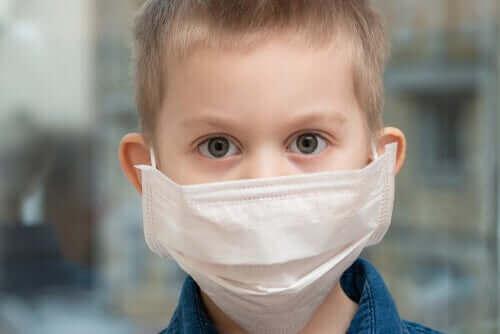 Kind met masker om tegen COVID-19 te beschermen