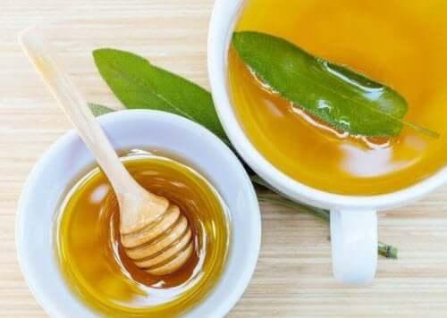 Een middel van salie en honing is goed voor de huid