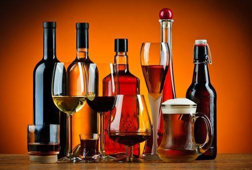 Flessen en glazen wijn