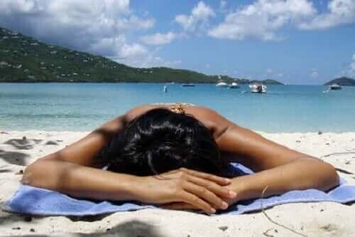 Een vrouw ligt te zonnebaden