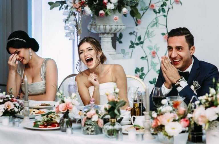 Bruid en bruidegom hebben lol aan tafel