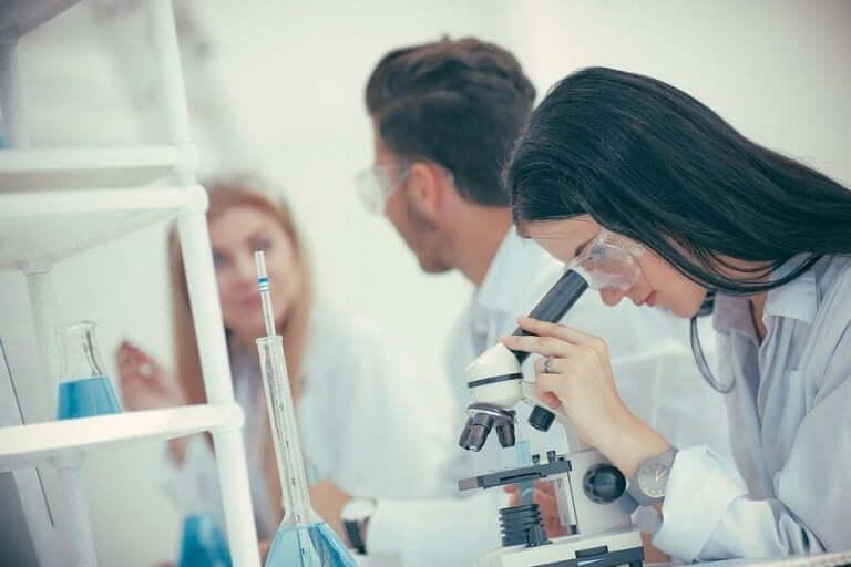 Iemand bekijkt iets onder een microscoop