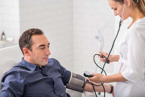 Man met een hoge bloeddruk