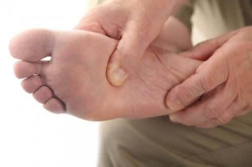 Man met een pijnlijke voet