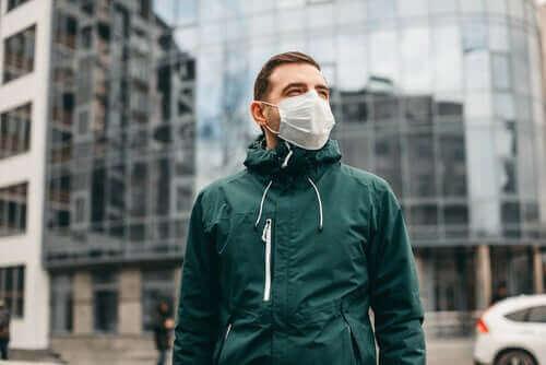 Man loopt buiten met een masker