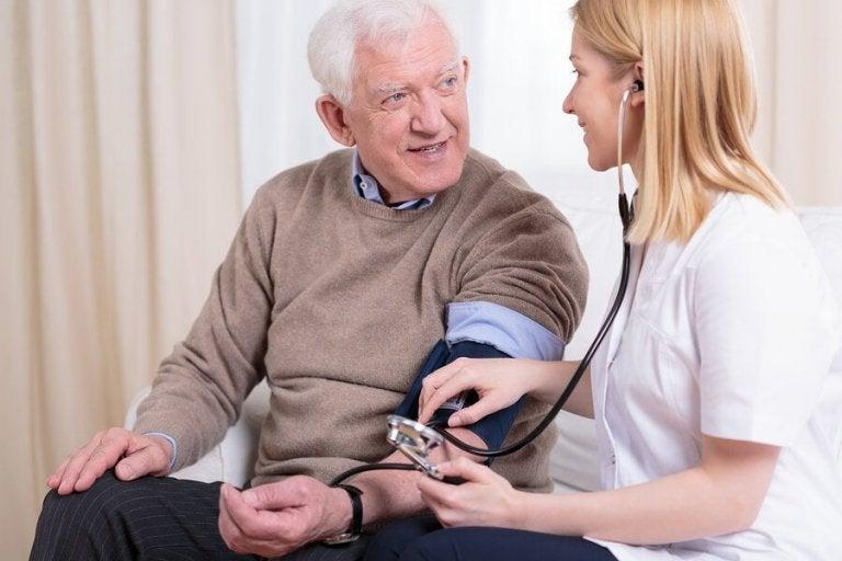 Verpleegkundige doet een bloeddrukcontrole