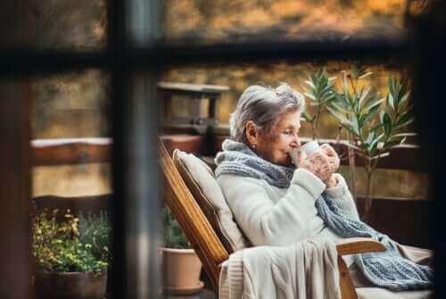 Oudere vrouw drinkt een kopje koffie