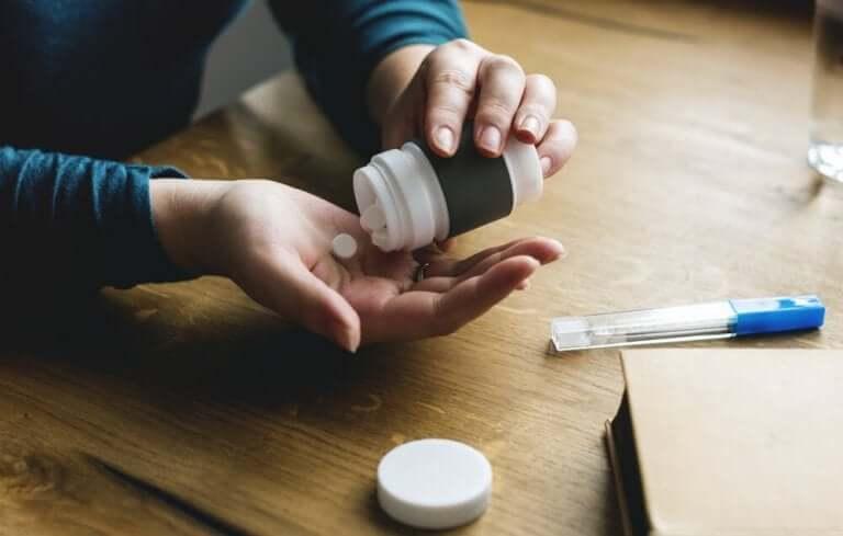 Iemand neemt medicatie