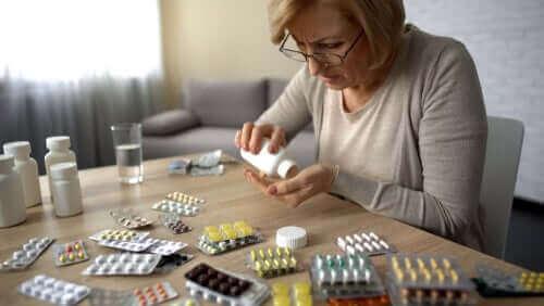 Vrouw telt haar pillen