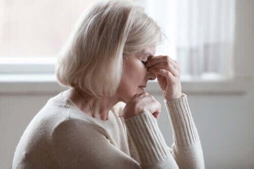 Oudere vrouw voelt zich niet lekker