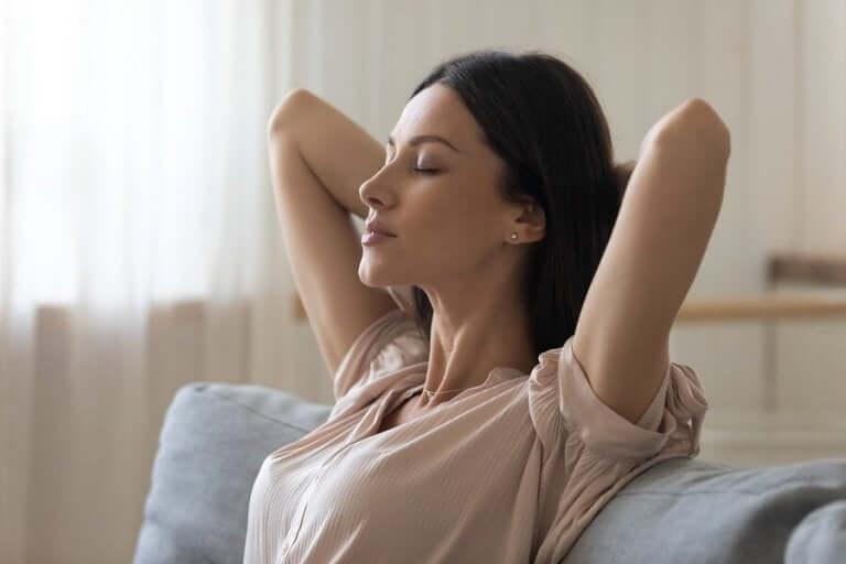 Vrouw zit met gesloten ogen te ontspannen