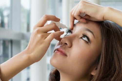 Vrouw met oogdruppels
