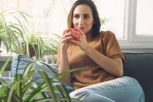 Vrouw ontspant met een kopje koffie