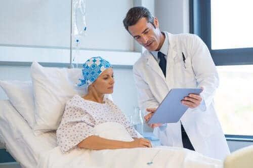 Vrouw met kanker spreekt met arts