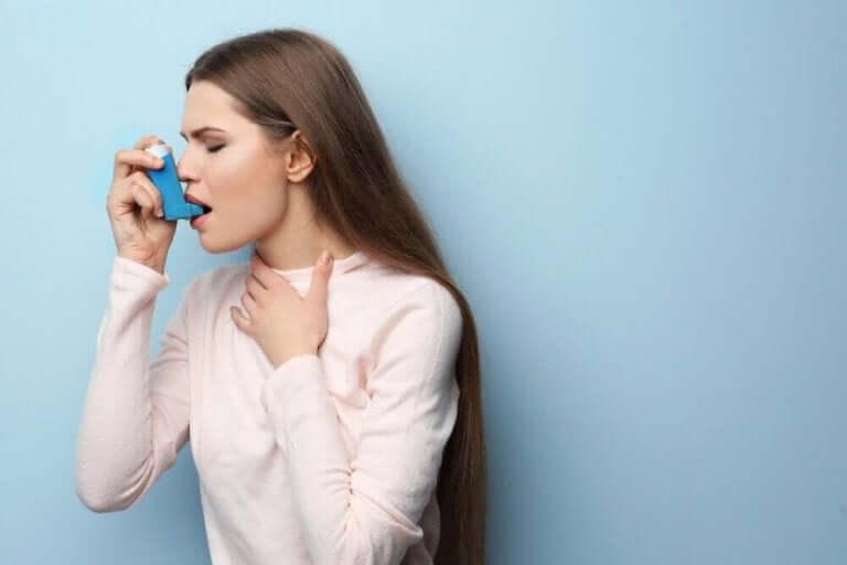 Vrouw met een inhaler