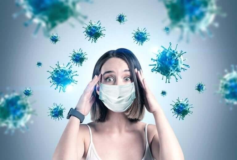 Vrouw met het virus om zich heen