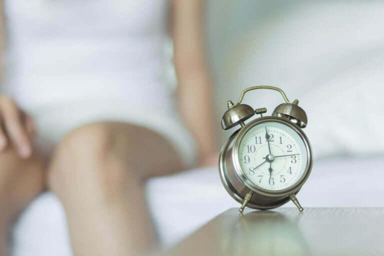 Vrouw met een wekker