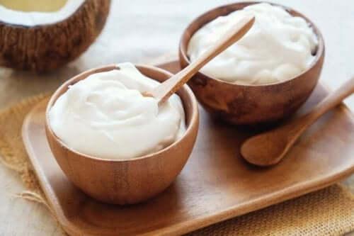 Twee schaaltjes met yoghurt