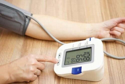 Iemand gebruikt een bloeddrukmeter