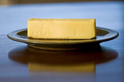 Een stuk boter op een bordje