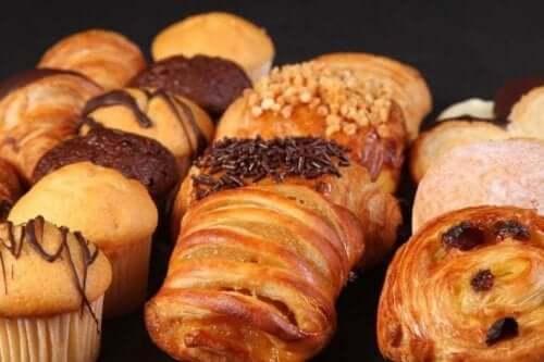 Gebakjes zoals koffiebroodjes en muffins