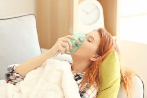 Een vrouw met een zuurstofmasker op het gezicht