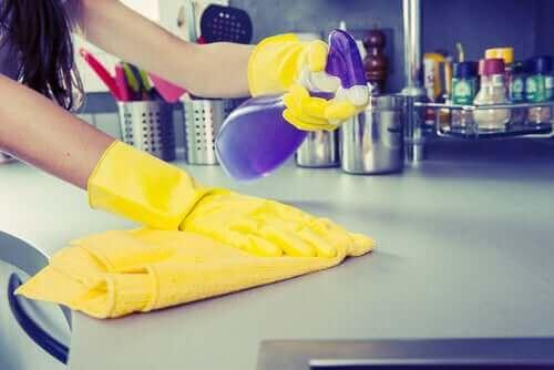 Het coronavirus op oppervlakken voorkomen door schoon te maken